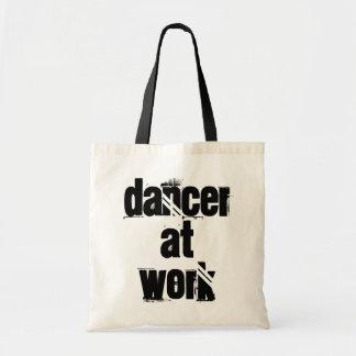 Tänzer an der Arbeits-weißen/schwarzen Tragetasche