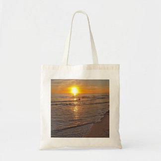 Tasche: Sonnenuntergang durch den Strand Budget Stoffbeutel