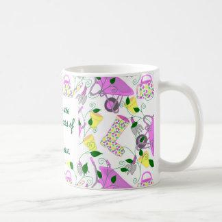 Tasse der im Garten arbeitenden Themed Mutter