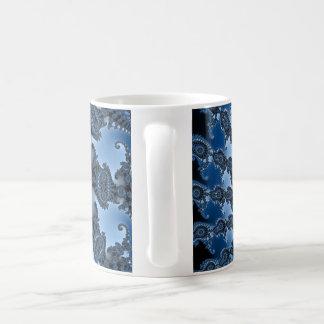 Tasse mit blauer Spiralenstruktur