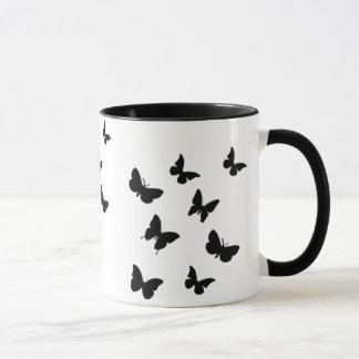 tasse noire et blanche de papillons