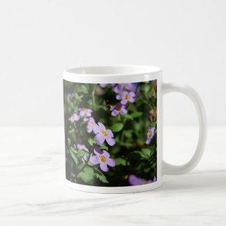 Tasse pourpre de fleurs