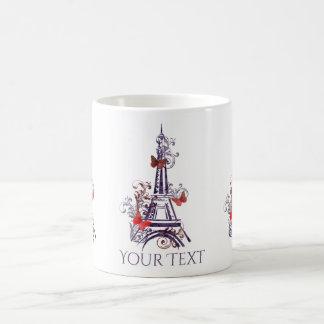 Tasse pourpre de papillons de Tour Eiffel