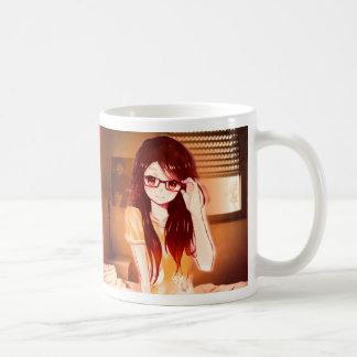 Tassenmädchen in ihrem lässigen Schlafzimmer Kaffeetasse