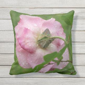 Tau küsste rosa Rosen-Kissen im Freien Kissen