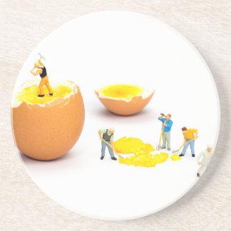 Team der menschlichen Miniaturfigürchen, die Ei Getränkeuntersetzer