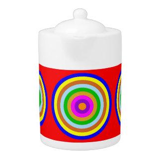 Tee-Topf: Farbige Kreise, roter Hintergrund