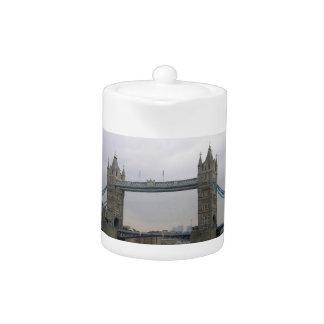 Teekanne mit Turm-Brücke über der Themse