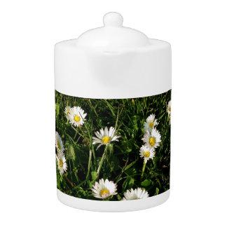 Teekanne mit wildem Blumenbild