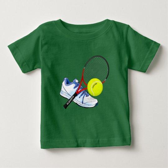 Tennis-Schuh-Ball und Schläger mit Ihrem Baby T-shirt