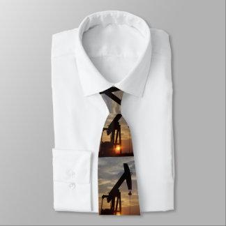 Texas-Öl, das am Sonnenuntergang pumpt Krawatten