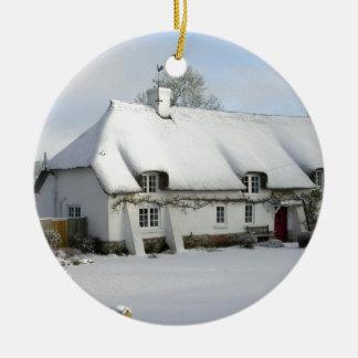 Thatched englische Hütte im Schnee Keramik Ornament
