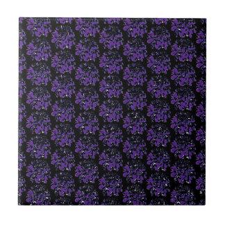 Tiefpurpurnes schwarzes Dahlie-Blumen-Muster Fliese