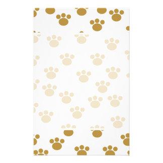 Tiertatzen-Drucke. Brown und weißes Muster Bedruckte Flyer