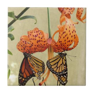 Tiger-Lilie und Monarchen Kleine Quadratische Fliese