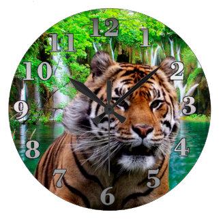 Tiger und Wasserfall Große Wanduhr