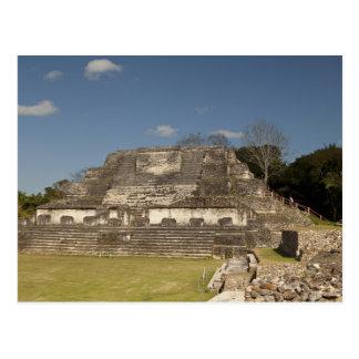 Tourist, der oben Ruine wandert Postkarte