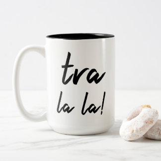 """""""Tra Lala!"""" Erklärung: Lässige moderne Typografie Zweifarbige Tasse"""