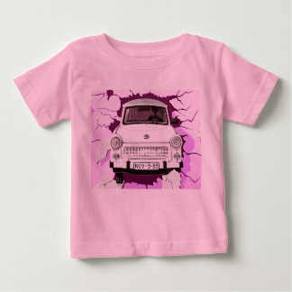 Trabant-Auto und rosa/lila Berliner Mauer Baby T-shirt