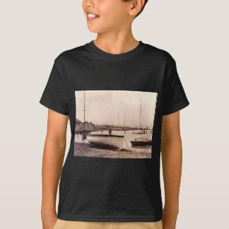 Traditionelle Boote auf dem Strand T-Shirt