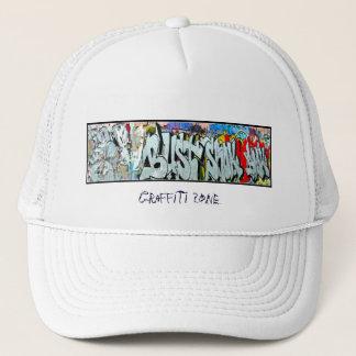 Traditionelle weiße Kappe mit Graffiti