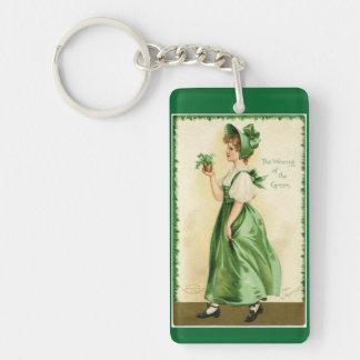 Tragen des Grüns Schlüsselanhänger
