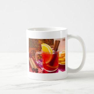 Transparente Tasse Tee mit Zitrusfrucht und Zimt