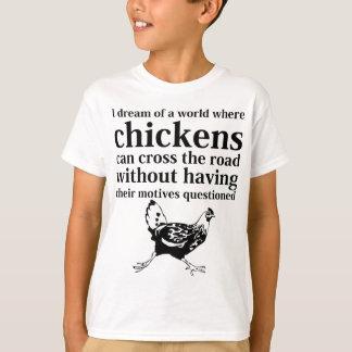 Traum einer Welt, in der Hühner die Straße kreuzen T-Shirt