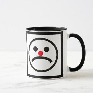 Trauriges schauendes Gesicht mit unverschämter Tasse