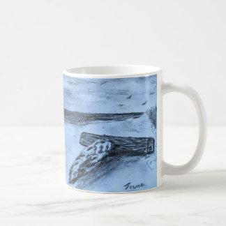 Treibholz auf dem Strand Kaffeetasse