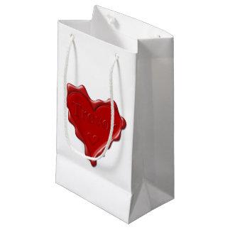 Trevor. Rotes Herzwachs-Siegel mit Namenstrevor Kleine Geschenktüte