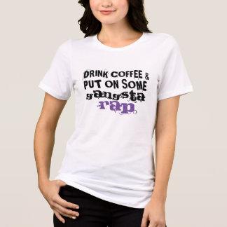 trinken Sie Kaffee und setzen Sie an irgendein T-Shirt