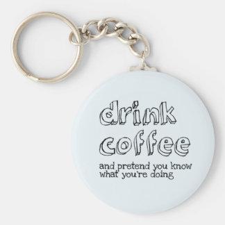 Trinken Sie Kaffee und täuschen Sie Sie wissen Standard Runder Schlüsselanhänger