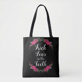 Tritt-Furcht in den Zähnen rosa und in der lila Tasche