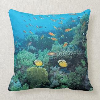 Tropische Fische, die über Riff schwimmen Zierkissen