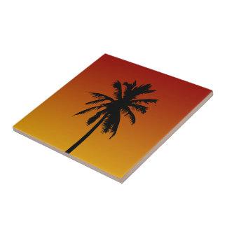 Tropische Palme in der roten orange Keramikfliese