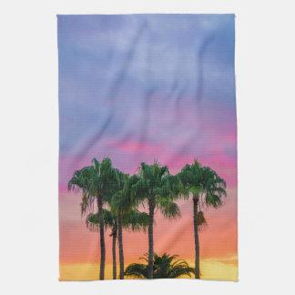 Tropische Palmen mit einem Regenbogen-Himmel Küchentuch