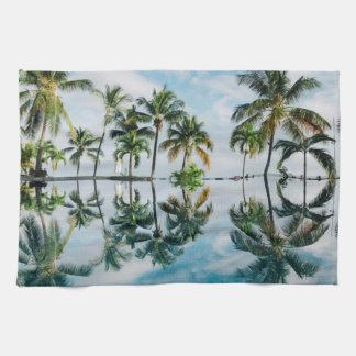 Tropische Palmen mit Reflexion im Ozean Handtuch