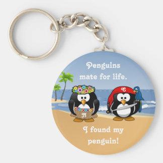 Tropischer Pinguin-Paare Hula Piraten-Insel-Strand Standard Runder Schlüsselanhänger