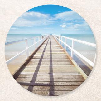 Tropischer Strand-Pier Runder Pappuntersetzer