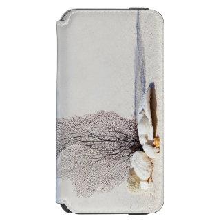 Tropischer Strand verziert mit Muscheln und einer Incipio Watson™ iPhone 6 Geldbörsen Hülle