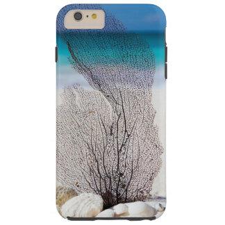 Tropischer Strand verziert mit Muscheln und einer Tough iPhone 6 Plus Hülle