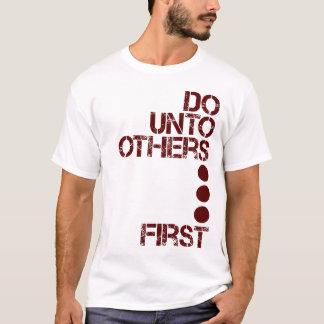 Tun Sie an andere zuerst T-Shirt