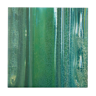 Türkis und blaue Reflexionen im Glas Keramikfliese