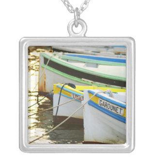 Typische Provencal Fischerboote herein gemalt Versilberte Kette