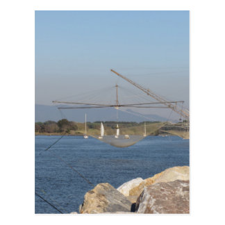 Typisches italienisches Fischernetz entlang dem Postkarte