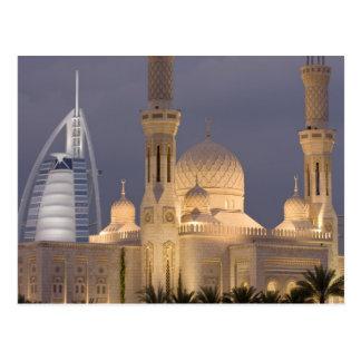 UAE, Dubai. Moschee im Abend mit Burj Al Araber Postkarte