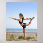 Übendes Yoga der Frau auf Strand Plakat