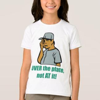 Über dem T - Shirt des Platten-Kindes