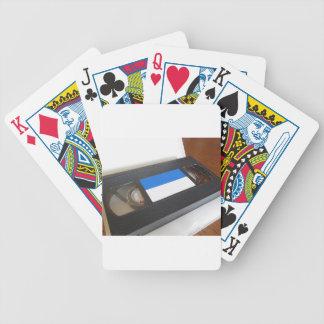 Überholte Videokassette. Alter Videoband auf einer Bicycle Spielkarten